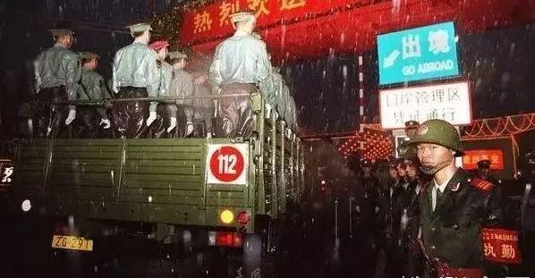 """【香港有解放军吗】当年邓小平看完军队接收香港方案,批两个字:""""软了!"""""""