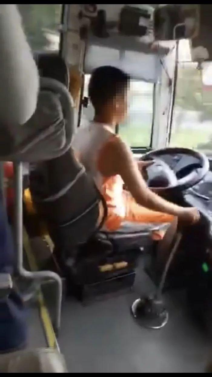14岁男生开大巴视频真够溜俺考驾照都考了三年呢!