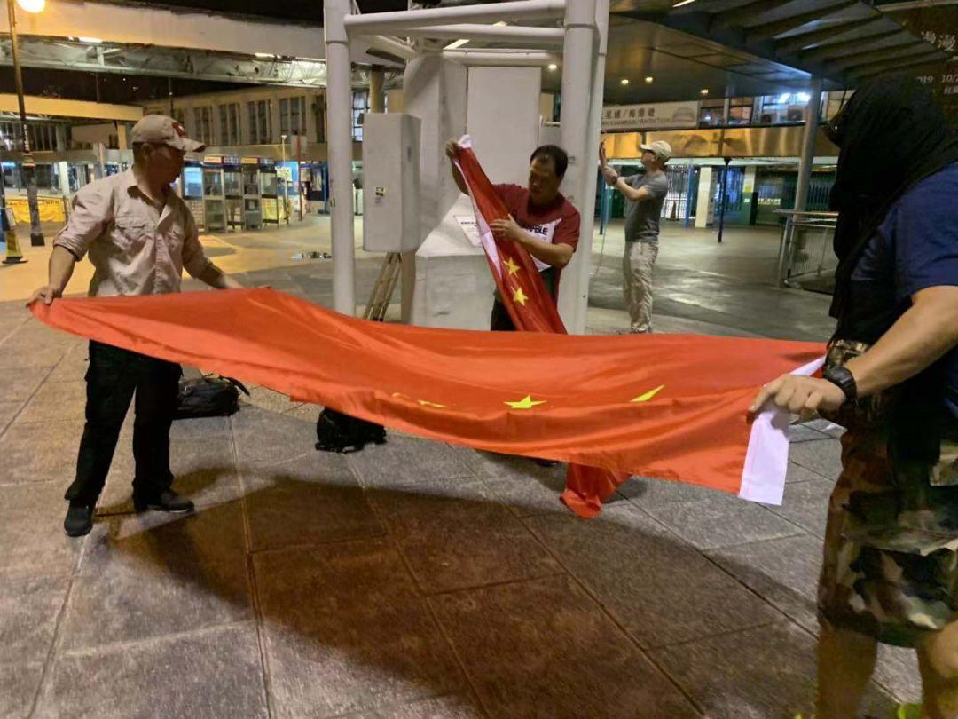 香港市民升起国旗视频以顽强爱国力击退港独威胁与恐吓