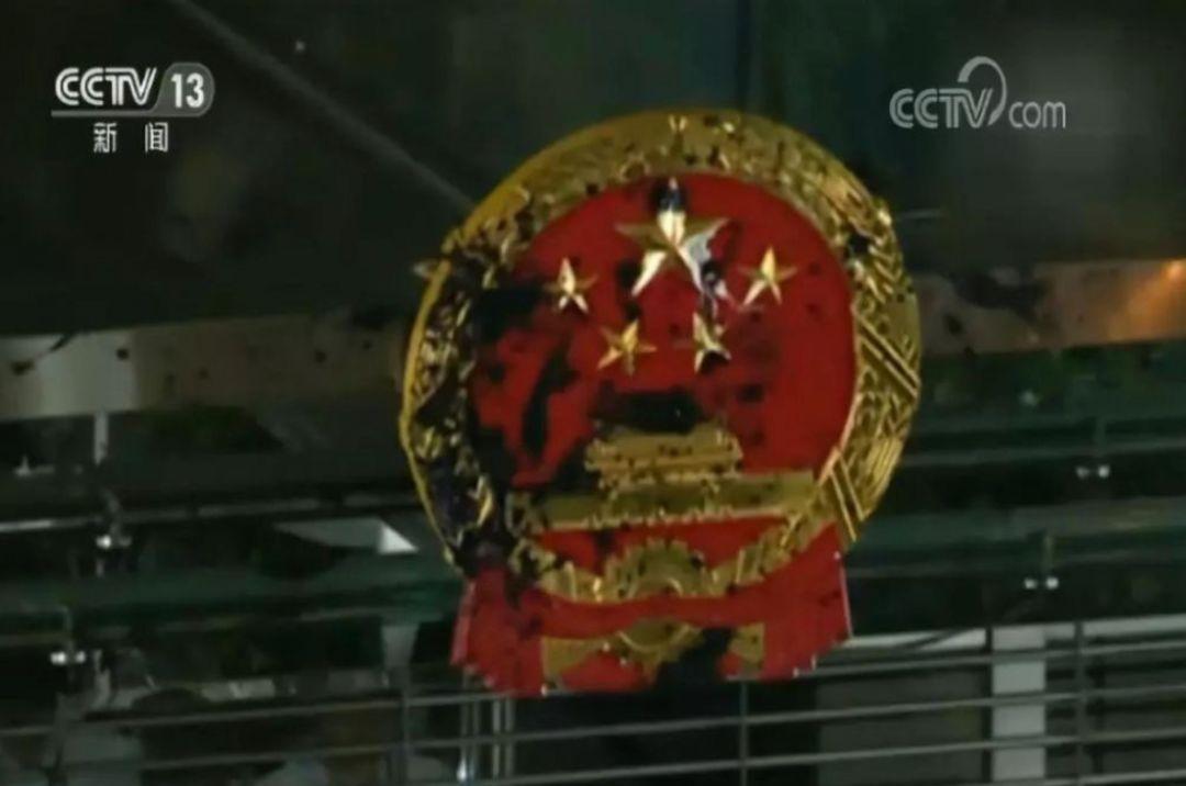 香港事件最新消息之从羞辱国徽把国旗丢入海中社会撕裂再所难免