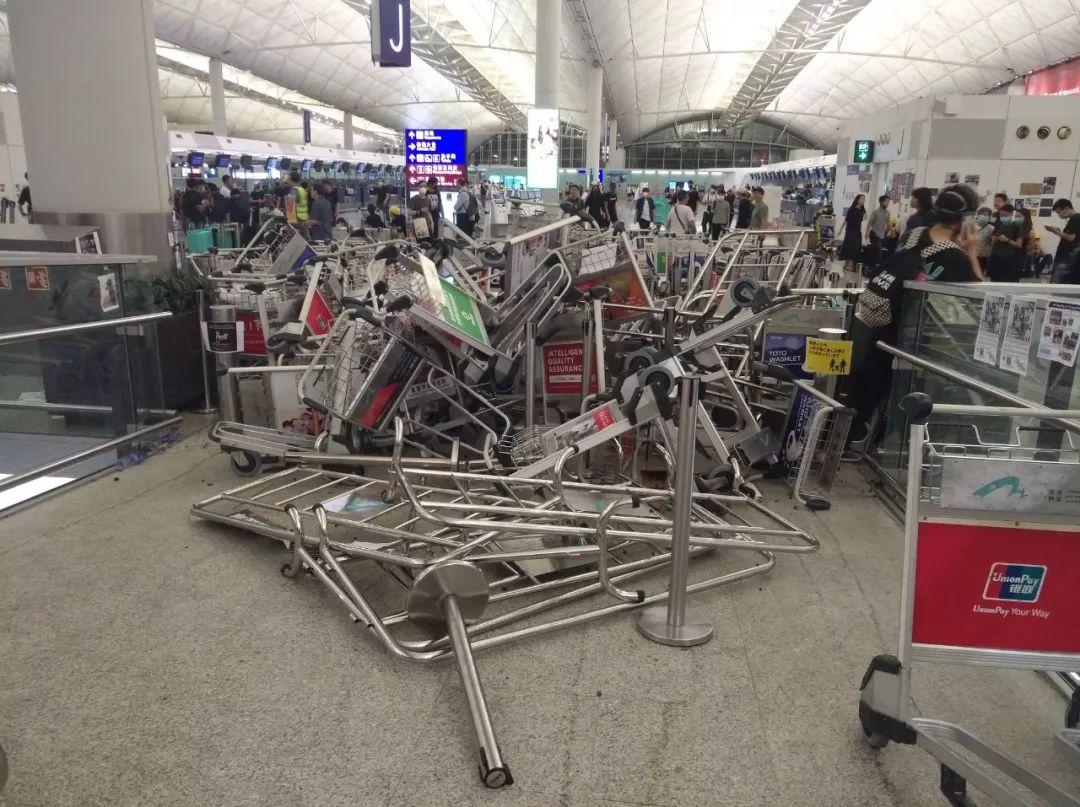 为什么内地人被打香港机场阻止警察进来?