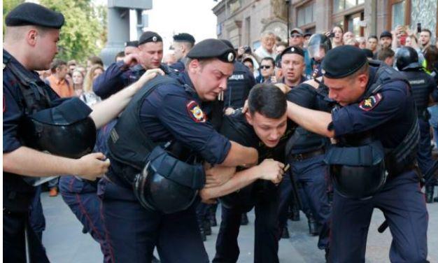 美国在莫斯科这样搞破坏,在香港也是这么干!