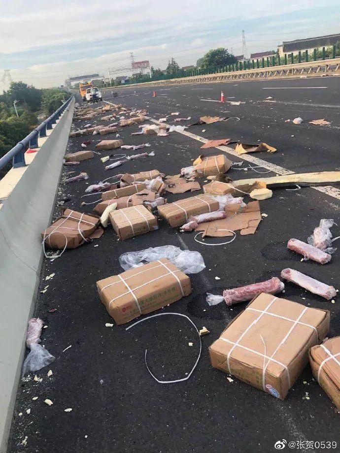 货主回应遇车祸7吨猪肉遭哄抢事件要反着看因为很可能是假的!