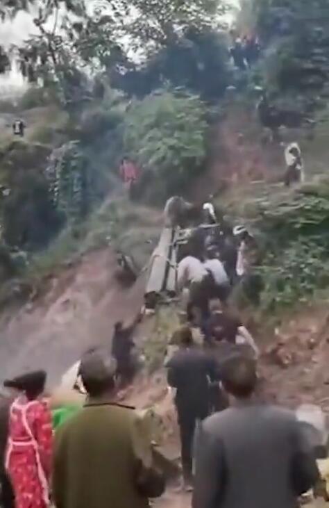 云南彝良村民土葬时棺材滑落致1死2伤原因没人敢说!